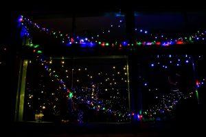 建物の中にもLEDを設置。ガラスに映る光と合わさってとてもキレイです。